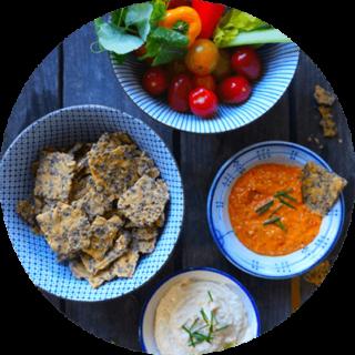 Hampunsiemennäkkäreitä, kasviksia, keittoa ja kastiketta tarjoiluastioissa