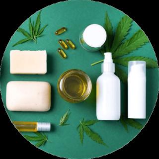 Kosmetiikka-kuva, jossa on hampunlehtiä, öljyä, saippuaa ja kosmetiikkapurkkeja vihreällä taustalla